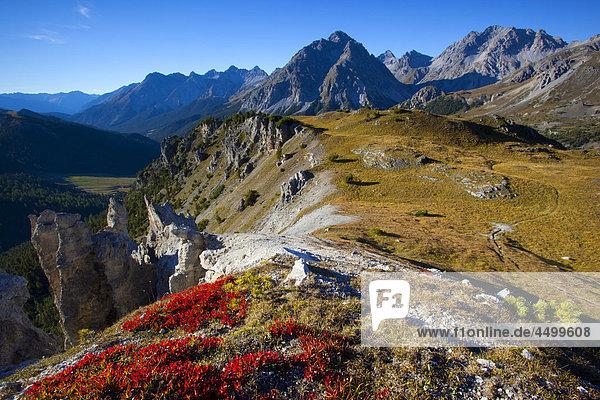 Felsbrocken Steilküste Herbst Aussichtspunkt sehen Kanton Graubünden Schweiz