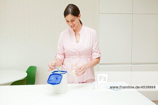 Mutter bereitet Babynahrung vor