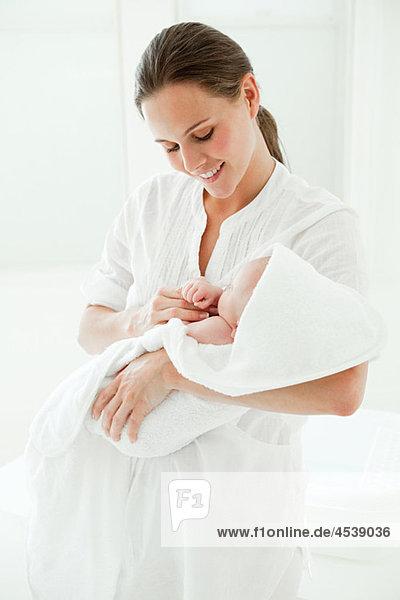Mutter und Sohn im Handtuch gewickelt