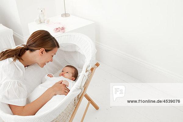 Mutter mit Baby im Stubenwagen