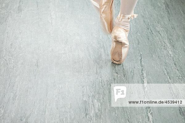 Füße der Ballerina de pointe Füße der Ballerina de pointe
