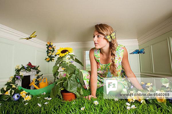 Junge Frau mit Garten im kleinen Zimmer