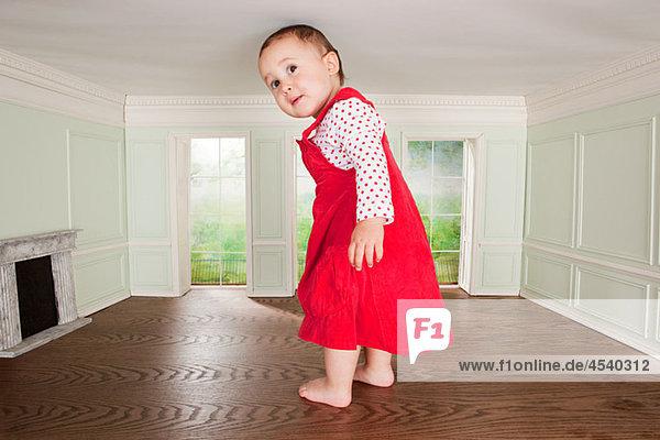 Großes Kleinkind-Mädchen in einem winzigen Zimmer