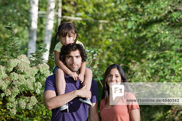 Familie zusammen im Wald