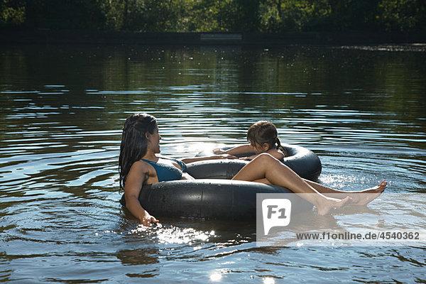 Mutter und Tochter in Lake im aufblasbarem Ringe