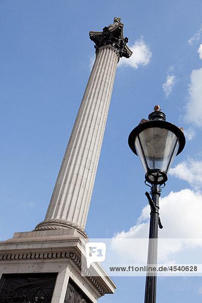 Nelsons Säule und Straßenlaterne  London