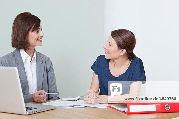 Junge Frau mit Finanzberaterin