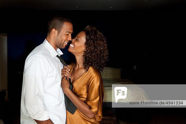 Glamouröses junges Paar von Angesicht zu Angesicht