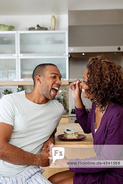 Frau füttert Freund mit Kuchen