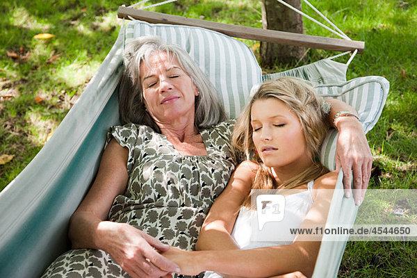 Mutter und Tochter entspannen in der Hängematte