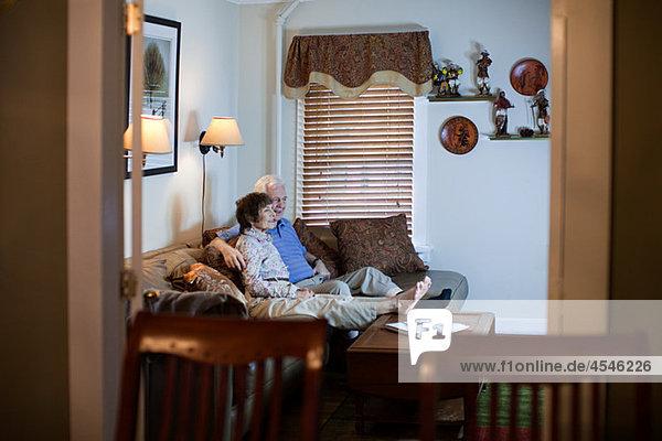 Seniorenpaar beim Fernsehen zu Hause