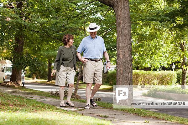 Seniorenpaar zu Fuß in der Nachbarschaft