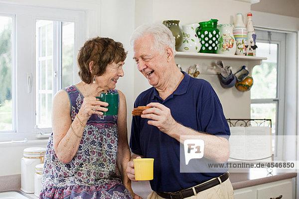 Seniorenpaar bei einem Heißgetränk