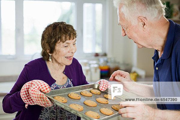 Seniorenpaar mit selbstgebackenen Keksen
