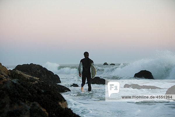 Surfer im Meer stehend