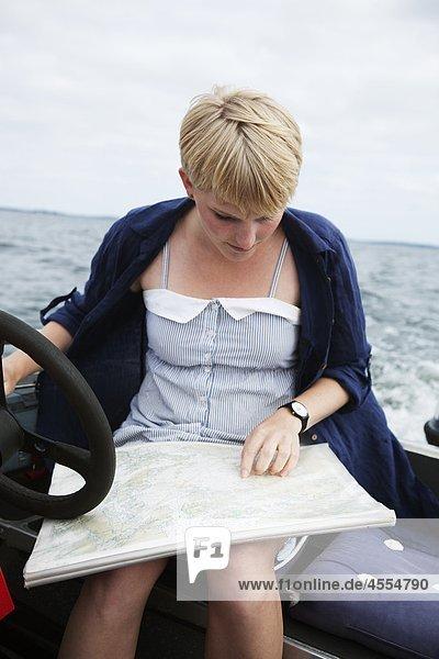 Junge Frau Lesung Seekarte