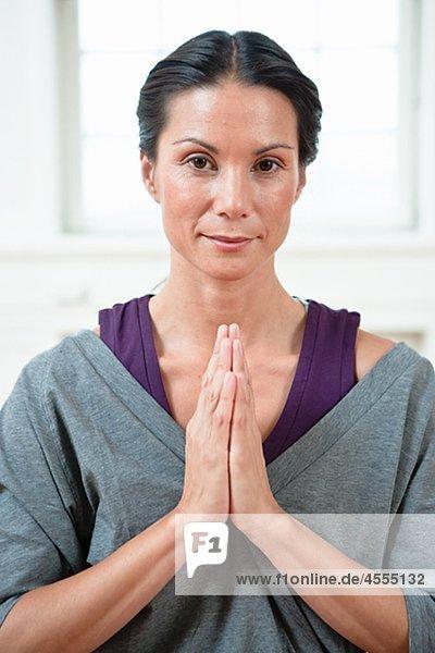 Portrait of beautiful Woman Übendes yoga