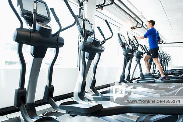 Fitness-Studio Mann üben rennen Maschine