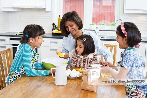 Mutter backen mit Mädchen in Küche