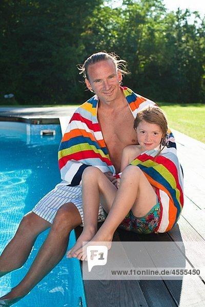 sitzend Ecke Ecken Menschlicher Vater Schwimmbad Tochter