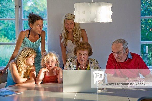 Drei Generation Familie mit laptop