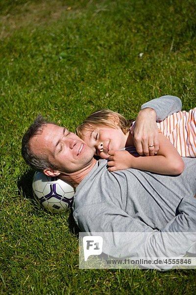 liegend liegen liegt liegendes liegender liegende daliegen Menschlicher Vater Sohn Gras