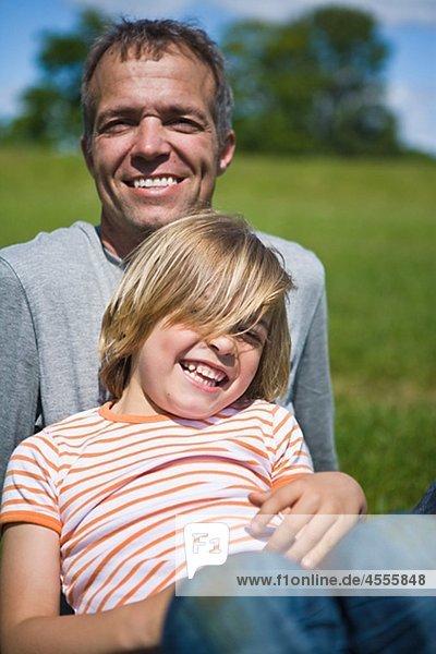 Portrait des Vaters mit Sohn Blick in die Kamera und lachen