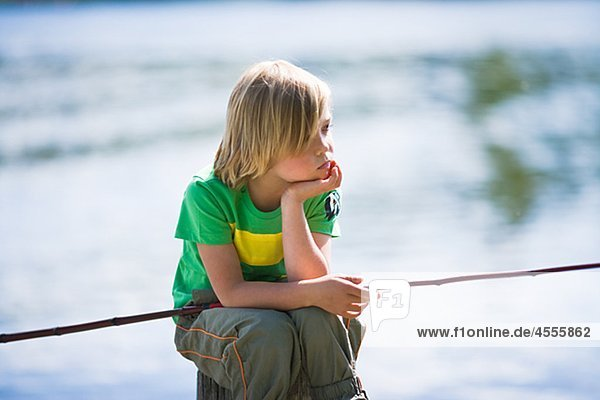 sitzend Langeweile Junge - Person Steg angeln Stange