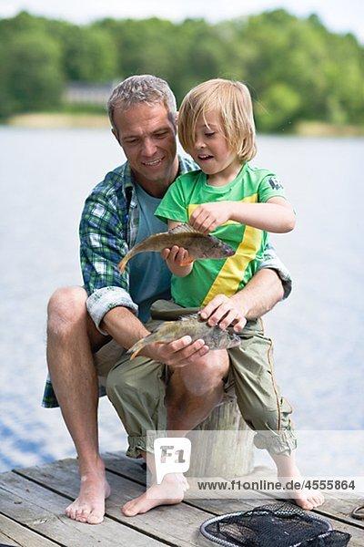 sitzend Menschlicher Vater Sohn Steg