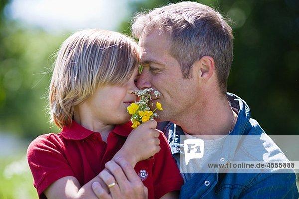 Umarmung Vater Sohn  mit Blumen