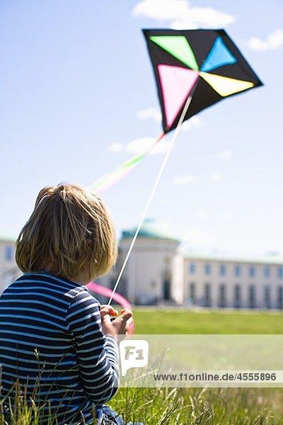 Boy flying Kite in hellem Sonnenlicht