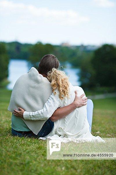 Paar umarmen auf Wiese