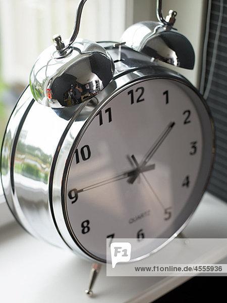 altmodisch Uhr Close-up Ansicht alarmieren Fensterbank