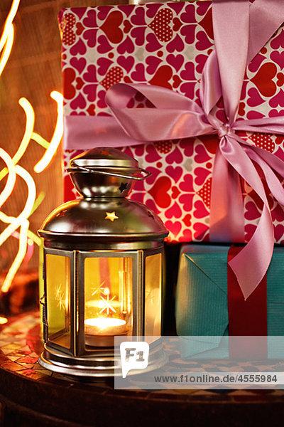 Weihnachtsgeschenke mit Lampe