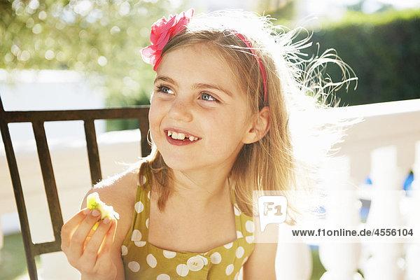 Mädchen essen frisches Obst