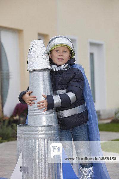 Junge mit selbstgebauter Rakete