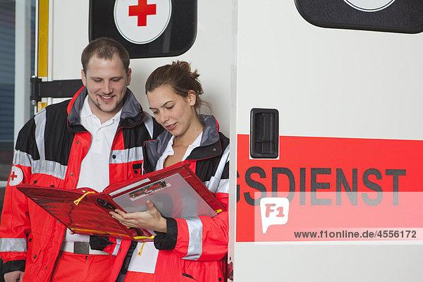 Ambulanzteam prüft Akte beim Trainer