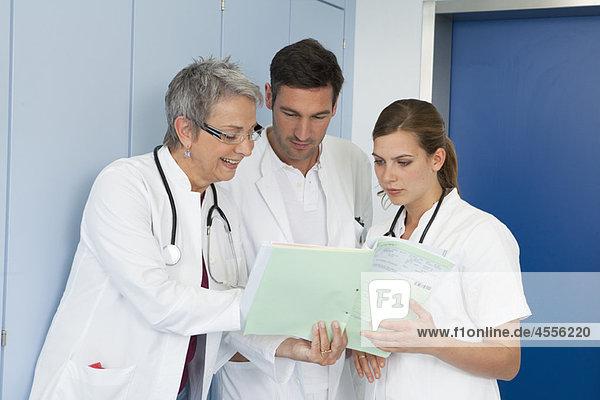 Medizinisches Team untersucht medizinische Akte