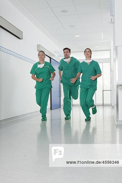 Medizinisches Team im Kittel eilt in die Halle