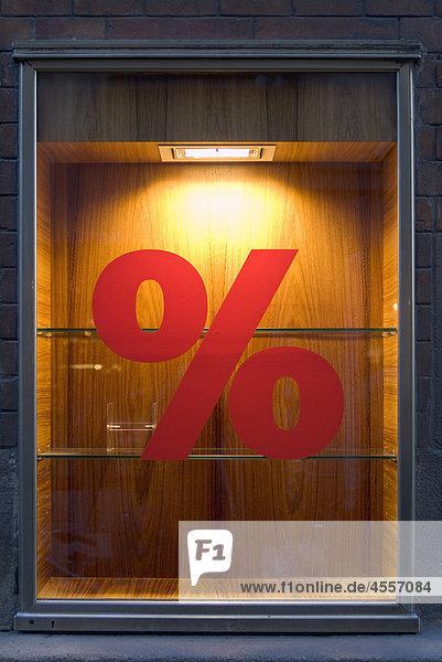 Prozentzeichen in leerem Schaufenster  München  Deutschland