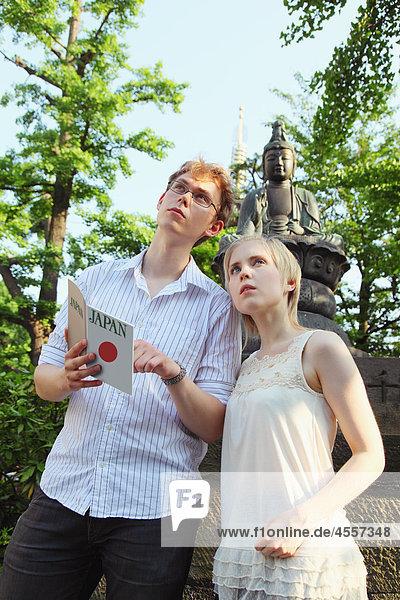 Junge Paar Lesen Reiseführer
