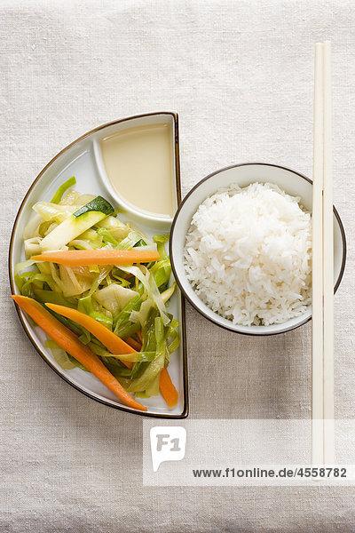 Einfache Chop Suey serviert mit Reis  / Mit Englischsprachigem Rezept