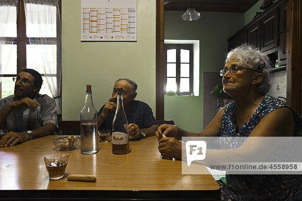 Senioren sitzen Tabelle Getränke