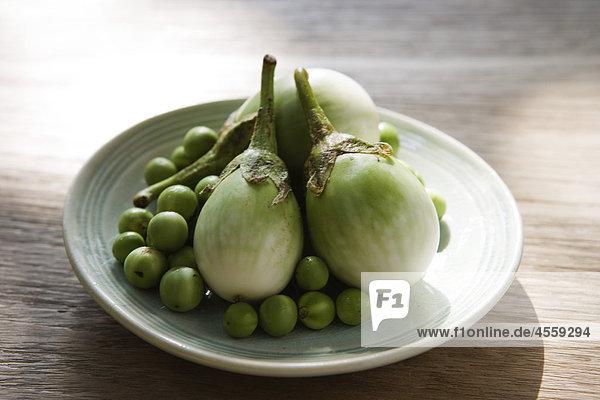 Thai Auberginen und Limes  Zutaten für Green curry Huhn