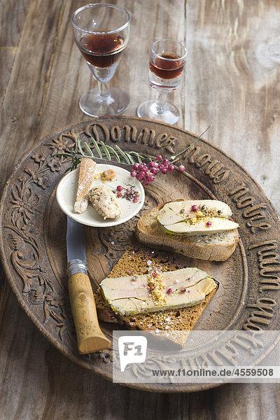 Foie Gras mit Brot und frische Pfeffer auf Platte