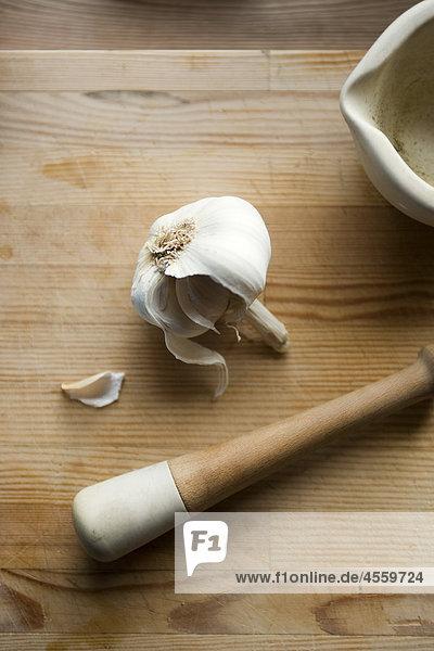 Knoblauch mit Mörser und Pistill