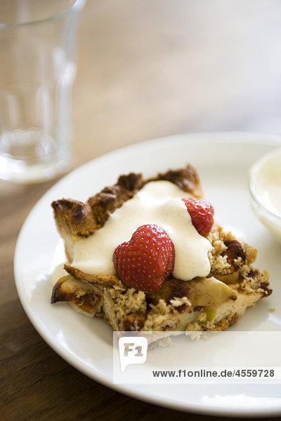 Apfelkuchen mit Erdbeeren und Vanillecreme