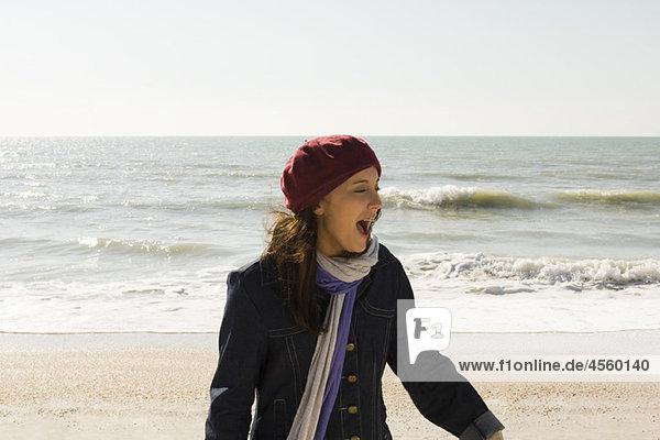 Preteen Mädchen am Strand am Wintertag