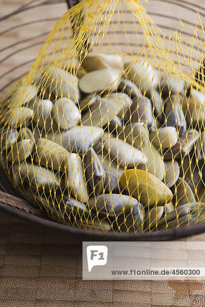Sack mit frischen Muscheln