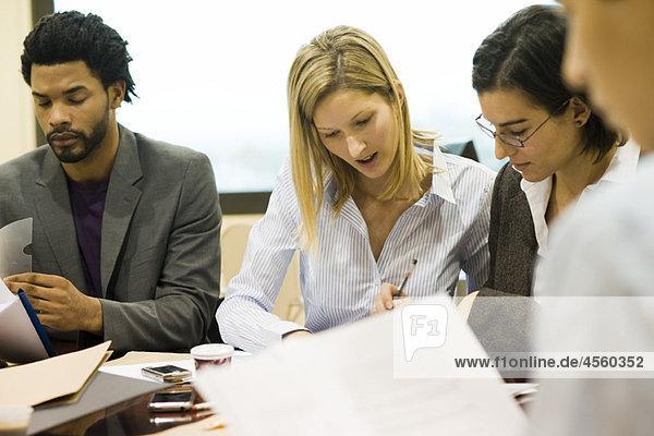 Führungskräfte diskutieren Dokumente im Meeting